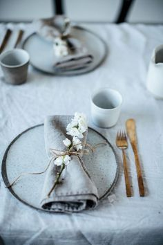 How To: The Art of French Table Setting for Your Next Dinner Party - Table Settings Wedding Table Flowers, Wedding Table Settings, Wedding Decorations, Table Wedding, Dining Table Settings, Wedding Centerpieces, Centerpiece Ideas, French Table Setting, Simple Table Setting