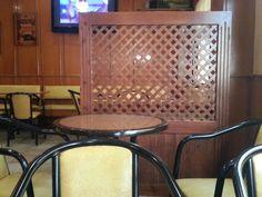 Parawan w restauracji z kratki drewnianej