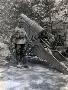 Officier observant le chargeur d'un canon, période 1914-1918