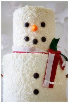 Snowman cake http://thecakeblog.com/category/holiday-cakes/page/8  Easy DIY Snowman Cake Four 4-inch Cake Layers  Four 6-inch Cake Layers  Bag of Coconut  Chocolate Chips  Two Skewers  Mitten Cookie Cutter  Sugarpaste / Fondant (orange, brown and red) Six dowels