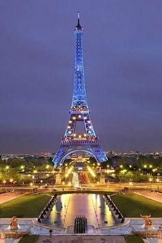 Great Photo of the Eiffel Tower by Saul Santos Diaz photo