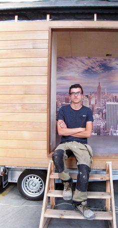 Houtbewerking is van kindsbeen af de passie van Louis De Keyser (18). Hij runt nu een eigen zaak en bouwt onder meer kleine huisjes waarvoor heel wat belangstelling is. Deze vorm van wonen is ecologisch, financieel haalbaar en biedt sociaal heel wat nieuwe,innovatievemogelijkheden.
