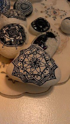 Piedras pintadas a mano.
