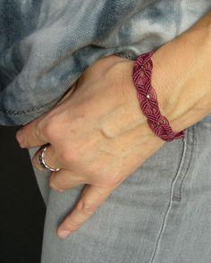 Lässiges *Makramée-Armband* in marsala, mit eingearbeiteten Miyuki-Cubes. Es wird mit einer roséfarbenen Glasschliffperle geschlossen.  Länge: ca. 17,5 cm Breite: ca. 1,5 cm geknüpft mit...