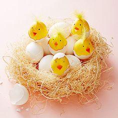 Huevos teñidos de color amarillo, decorados con huevos sin teñir! Monísimos / Yellow-tinted eggs, decorated with white eggshells! So cute...