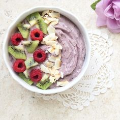"wholeandhealthy: "" Blueberry Maca Banana Nice Cream with kiwi, raspberries and toasted coconut 😍 "" Smoothie Cleanse, Smoothie Bowl, Smoothies, Raw Food Recipes, Healthy Recipes, Banana Nice Cream, Breakfast Bowls, Blueberry Breakfast, Toasted Coconut"