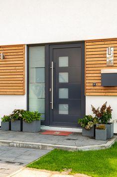 Eingangsbereich Haus aussen mit Podest & Vordach überdacht