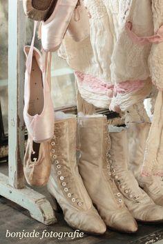 the vintage shoes . Edwardian Shoes, Victorian Shoes, Victorian Fashion, Vintage Fashion, Ropa Shabby Chic, Shabby Chic Pink, Shabby Vintage, Old Boots, Shoe Boots