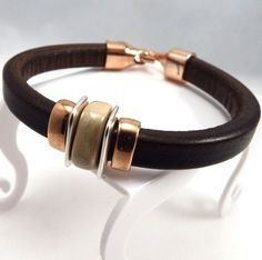 Kit bracelet cuir regaliz marron avec perles metal argente et or rose : Kits, tutoriels bijoux par bijoux-giuliana Leather Braces, Men Bracelets, Bracelet Cuir, Or Rose, Boho, Beads, Jewelry, Stones, Craft