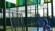 Detalle colocación cierre metálico para cancha de pádel en centro deportivo. construcciones metálicas talleres lobón