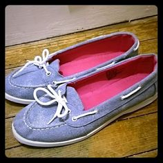 Cute denim boat shoes Cute pair of denim boat shoes. Size 9, run pretty true to size. Worn these only a few times with sock liner (no bare feet). Excellent condition without damages. I got other boat shoes (off poshmark!! ??) so haven't worn these in a while. Shoes Flats & Loafers
