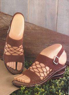 Sandals Beige to Crochet Crochet Sandals, Crochet Boots, Crochet Slippers, Crochet Clothes, Crochet Ripple, Diy Crochet, Knit Shoes, Sock Shoes, Crochet Flip Flops
