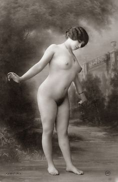 Slightly erotic postcard of a beautiful young lady, from the beginning of the twentieth century; photo from the collection of Wilfried Vandevelde.
