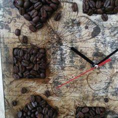 Любите ли кофе? Так как люблю его я наверно не любит никто! ? Я его в любом виде пью, грызу кофейные зерна в шоколадной глазури  и применяю в декоре. Парящие кружки из кофейных зерен, часы -панно из кофейных зерен, топиарии. ... Вот, в этот раз я сделала винтажные часики , и снова применила кофейные зерна.