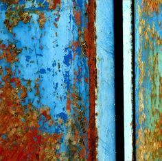 Trailer minimal, Rust and peeling paint on a farm trailer photo by Tina Negus, Flickr