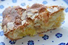 Halløj for en lækker kage! Rørt sammen på et kvarter. Hvem skulle have troet, at den kunne ende som min yndlingskage? En tiloversbleven mango i køleskabet. En rulle marcipan. Smør og meget kort betænkningstid. Pludselig var der en lækker frugtkage i