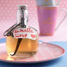Zum Verfeinern von Kaffee und Tee eignet sich der selbstgemachte Vanille-Sirup ideal. Das Mitbringsel ist ruckzuck vorbereitet. Zum Rezept: Vanille-Sirup