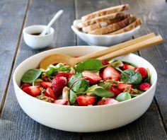 Kyllingsalat med jordbær og balsamico Starters, Fruit Salad, A Food, Serving Bowls, Salads, Meat, Chicken, Dinner, Breakfast