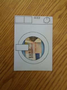 Cadeau voor zus (wasmachine gemaakt uit enveloppe + gevouwen hemdje van geld) --> geld om wasmachine te kopen