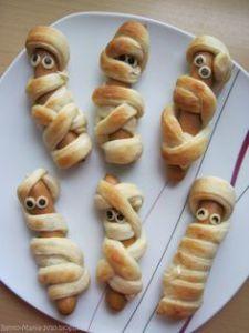 "crazy about the Japanese lunch box: ""Re .verrückt nach der japanischen Lunch Box: ""Rezept des Monats"": N… Bento-Mania …. crazy about the Japanese Lunch Box: ""Recipe of the month"": cute mummy sausages - Cute Food, Good Food, Yummy Food, Awesome Food, Japanese Lunch Box, Japanese Kids, Halloween Snacks, Halloween Pizza, Halloween Ideas"