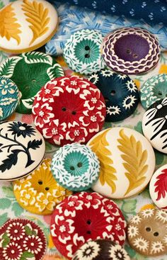 Date: Note: Colourful vintage buffed celluloid buttons. Also very fun and tropical. Perfect to use it in any designs for the summer outfits. Vintage Sewing Notions, Vintage Sewing Patterns, Button Art, Button Crafts, Look Vintage, Vintage Colors, Beaded Beads, Couture Vintage, Sewing A Button