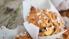Gezonde ontbijtmuffins met appel en kaneel. Healthy breakfast muffins with apple and cinnamon.