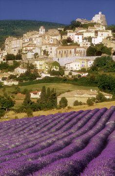 Situe à 650 mètres d'altitude entre la montagne de Lure et le Luberon, Simiane la Rotonde, classé cité de Caractère,  est un des plus beaux villages perchés de Haute Provence