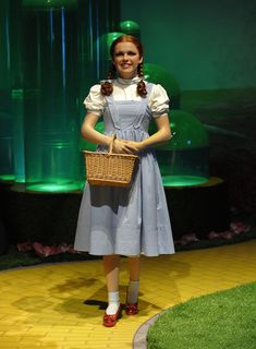 Danielle LOS ANGELES (CBS/AP) — The Dorothy dress is going up for auction! Celebrity auctioneer Darren Julien announced Judy Garland's original costu. Wizard Of Oz Dorothy Costume, Wizard Of Oz Movie, Dorothy Halloween Costume, Halloween Costumes For Teens, Wizard Of Oz Costumes Diy, Diy Costumes, Wizard Of Oz Pictures, Divas, Theater