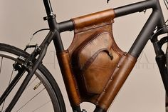 Handmade Triangle Leather Bicycle Bag - Retro Style, bag IM Stockschlag was exactly handcrafted a high quality genuine leather. All the seams are sewn by hand, the power bag durable and leak proo. Leather Bicycle, Bicycle Bag, Bicycle Accessories, Leather Accessories, Leather Tooling, Leather Bag, Pimp Your Bike, Crea Cuir, Retro Stil