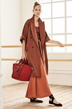 fall 2019 fashion trends The complete Max Mara Pre-Fall 2019 fashion show now on Vogue Runway. Moda Fashion, Trendy Fashion, Vogue Fashion, Curvy Fashion, Fashion Details, Fashion Fashion, Fashion Dresses, Womens Fashion, Mantel Outfit