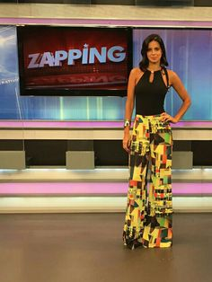 """Vera Viel apresentadora do programa ZAPPING da TV RECORD  usa calça Max Flare em crepe com estampa gráfica digital exclusiva da da coleção  """"DISCO"""" Ready to wear."""