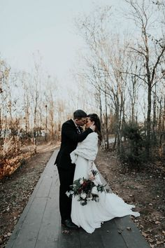 Black and white winter wedding inspiration | Image by Peyton Rainey Photography and Chelsea Denise Photography