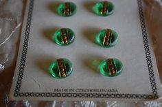 ガラス工芸で有名なチェコのヴィンテージボタンです。光を透すグリーンのガラス表面のストライプの彫りとゴールドのアクセントが美しい小さなボタンです。糸穴はセルフシ...|ハンドメイド、手作り、手仕事品の通販・販売・購入ならCreema。
