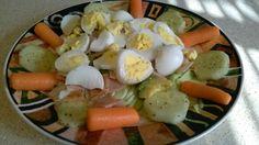 Cena 2 hojas de lechuga picada 2 huevos hervidos 2 rodajas de jamon de pavo 1/2 pepino 1/2 aguacate 6 rodajitas de zanahoria