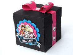 Divulgue uma festa monstruosa com esta bela caixa de convite surpresa da Monster High.    Caixa confeccionada em papel de alta gramatura com aplicação em scrap. Frente externa com apliques em relevo e parte interna personalizada. Tag não inclusa.    Atenção: Prazo de produção pode variar de acord...