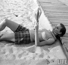 Beach fashions(Nina Leen. 1950)