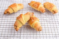 Nuss-Kipferl Hot Dog Buns, Hot Dogs, Spanakopita, Bread, Ethnic Recipes, Food, Almonds, Baked Goods, Food Food