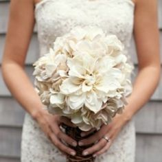 Fall in love with the gorgeous magnolia bouquet in this southern wedding inspiration board! (image via Wedding Chicks)