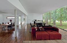 O arquiteto Marco Peres projetou a casa com amplo living e apenas uma suite. Mas, caso a família cresça, há espaço para mais dois quartos na sala. A vista para o bosque no fundo do terreno orientou o projeto