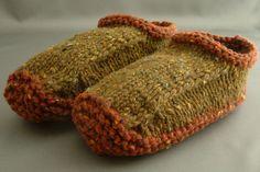 Knitting Spiro: Non-felted Slippers Anleitung auf Deutsch Felted Slippers Pattern, Knitted Slippers, Knitted Hats, Knitting Projects, Knitting Patterns, Crochet Patterns, Crochet Cross, Knit Crochet, Cute Slippers