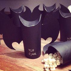 Gezonde batman traktatie met popcorn erin. Je kunt het met een wc rolletje doen of met zwart karton. Onderin heb ik een papieren bekertje gestopt, zodat de onderkant dicht is.