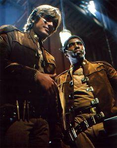 Battlestar Galactica 1978 - Starbuck et Boomer ( sacrement différent , en 2009 , ces deux personnages sont des femmes , dont une cylon !! )