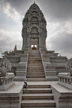 Stupa - Phnom Penh - Sud du Cambodge | ( by David MacDougall)