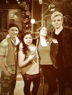 Who looks so handsome, and who looks so beautiful? I thinks its Austin and Ally, thats who!