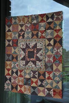 COLOURS AND FABRICS: Bauw wit quiltje en top klaar en open huis/ Blue and White little quilt, qnother top and 'open house'