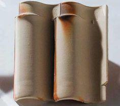 Capa-e-canal do tipo espanhola (26 x 46 cm), da Cerâmica Alarcon. Requer 12,5 peças por m². Tons de branco, palha e salmão. Inclinação mínima: 35%.