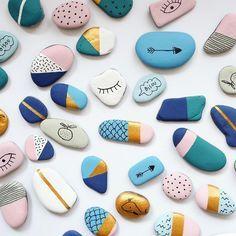 Piedras pintadas- Azul, rosa, dorado, blanco y negro.