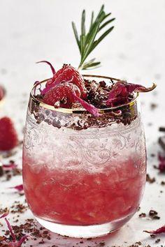 Nach und nach baut sich das Geheimnis dieses Cocktails auf und entführt in eine aufregende Welt prickelnder Sinnlichkeit: Gin, Elixier d'Amour und Limettensaft mischen, in ein Glas geben und mit Soda bis zur Hälfte auffüllen. Die nächste Schicht bildet das Crushed Ice: Hiermit das Glas ganz auffüllen, sodass das Eis über den Cocktail hinausragt. #cocktail #rezept #cocktailrezept #drink #kirschlikör Daisy, Moscow Mule Mugs, Gin, Cocktails, Tableware, Love, Cherries, Raspberries, World