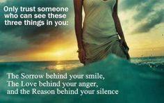 あなたの微笑みに隠された悲しみを知ることができる人、あなたの怒りの裏にある愛を感じることができる人、そして、あなたの沈黙の意味を理解することができる人、 それがあなたが本当に信頼できる人です。