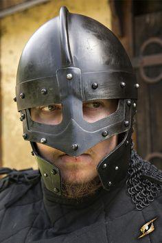 Der Helm Raven besticht durch seine martialische Optik, welche vorallem durch das genietete Design untermalt wird. Zudem besitzt der Helm ein Visier mit einer Höhe von ca. 9cm und bietet ausreichend Schutz vor Schwerthieben. Der Helm wird mit einem brauen Lederband verschlossen, welches an der Schnalle mit einem weichen Lederpad versehen ist um vor Scheuerungen zu schützen.  Herstellerhinweis: Um Rost zu vermeiden, sollten die Metallteile trocken gelagert und eingeölt werden.  Verfügbare…